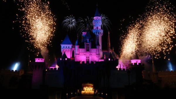 他約我去迪士尼 「畢生也願記起 香港迪士尼 煙火璀璨夜晚定會很美」(圖:官方網站)