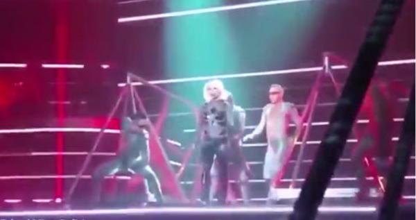 演唱會途中拉鍊突掉下 Britney Spears 衣服「炸開」繼續唱