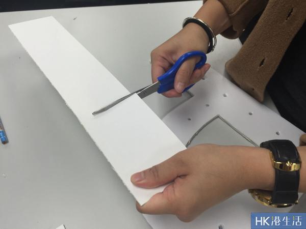 量度字母的每一個折曲位,把硬卡紙剪成數份