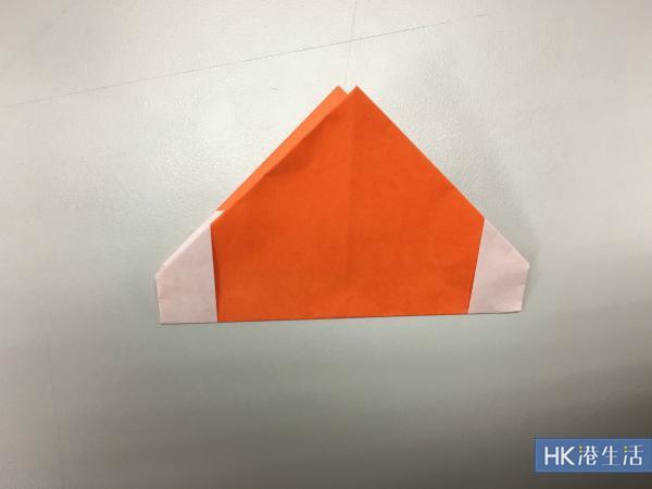 將紙色對摺成一半