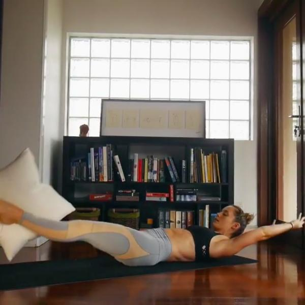 睡前10分鐘枕頭操 6組動作練腹肌