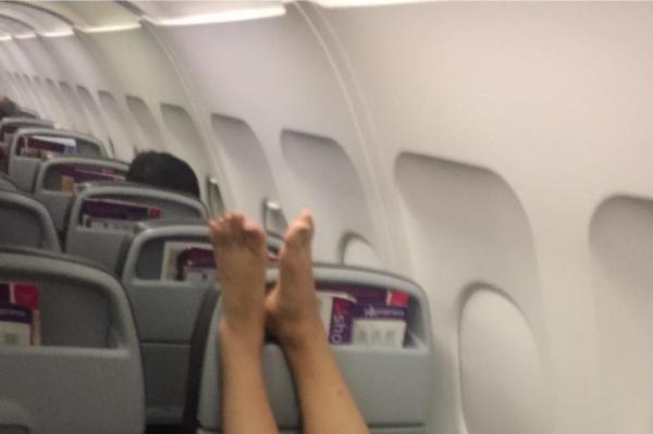 韓國大媽舉腳坐飛機 粗暴要求港客出示登機登及調位