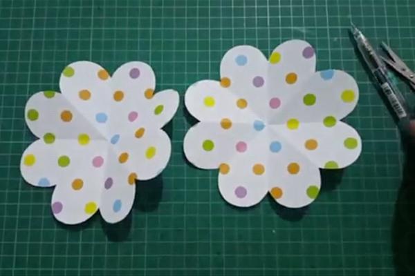 材料易預備!3張正方形紙自製心形展開卡