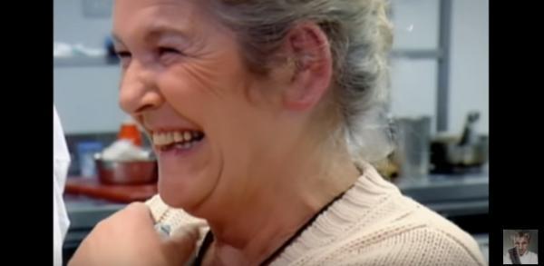 Gordon Ramsay未變神級廚神前片段!被媽媽一秒KO:未熟呀!