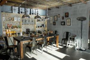 室內裝潢採用較淺色為主調,營造休閒風。
