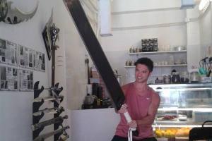 店主與「斬龍劍」!好大隻呀~(圖:FB@中世紀武器咖啡屋)