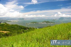 坪洲,遠處為香港及九龍半島