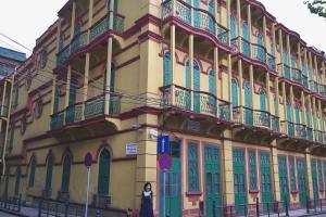 瘋堂斜巷附近,有一幢很搶眼的黃色歐陸風格建築