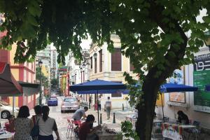 瘋堂斜巷是澳門的新興文創景點,週六更會有賣藝者、手作人擺檔,為社區帶來活力。
