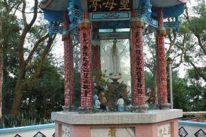 融合中西特色的「聖母亭」,供奉聖母瑪莉亞的聖像,亭台樓閣卻以中式設計。