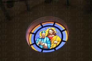 小堂內的彩繪玻璃窗,是在復修時由意大利訂造回來的。(關璇攝)