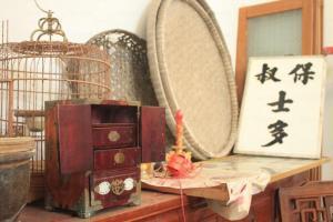 一個雀籠或是一個手飾盒都帶有濃厚的古舊氣味。(關璇攝)