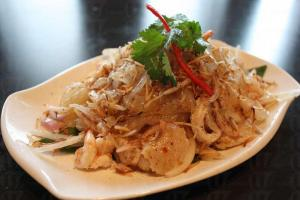 紅燈籠以東南亞菜為主,其冰梅汁柚子沙律($78)清新可口,三兩下就吃光。(紅燈籠)(陸嘉鈴攝)