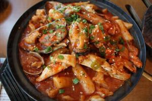 傳統韓式炒年糕($108)並沒有海鮮,此乃為了迎合港人而製,更加惹味。(新羅寶)(陸嘉鈴攝)