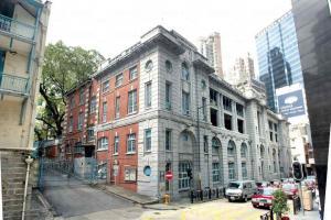 舊中區警署建於 1864 年,是本港現存的古老結役行政大樓之一。