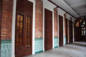 配上亞熱帶氣候特點的木製百葉窗及陽台,是殖民地時代常見的香港建築特色。