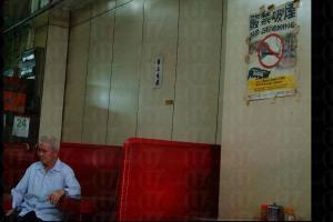老闆黃先生閒時會坐在木柚紅卡位,主動跟老街坊「打牙骹」。