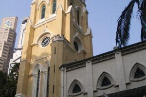 教堂四周寧靜,樹影幢幢,氣氛莊嚴。