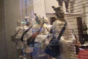 兵馬俑揹著包包由西安到香港。