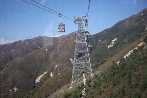坐在纜車內,盡覽美景及湖光山色。