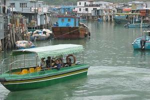 在大澳可乘搭由村民駕駛的小艇,沿途參觀一下頗有特色的排屋以及中華白海豚。