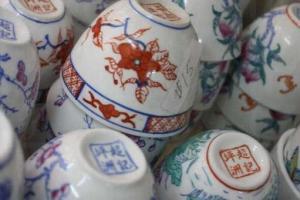 店內亦有各種林太的作品售賣,如茶杯($15),底部印有「坪洲超記」。(陸嘉鈴攝)