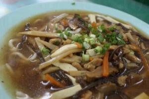 酸辣上海麵 ($18) 比普通上海麵貴 $3,但我懷疑原味會更好味。(陸嘉鈴攝)