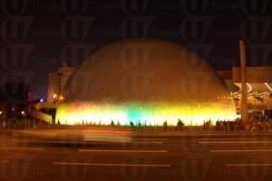 太空館晚上發出金光,像太空船一樣。