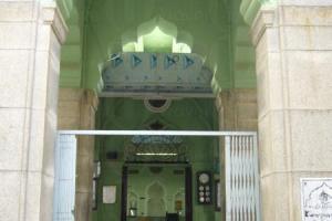 門前是散落的鞋子,是教徒對阿拉的尊重,「脫鞋」,以示整潔。