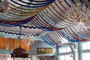 「免費用餐」開懷地席地而坐,感受印度咖喱。