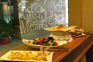 半自助餐既有頭盤沙律,又可選一款主菜。
