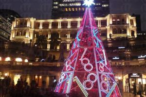在廣場中間,現正擺放了有 1881 燈飾的聖誕樹。