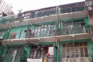 抬頭一望茂羅街的綠屋,其鐵花欄河、玻璃窗木門等,相當搶眼。
