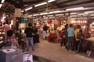 玉器市場內約有 450 個玉器攤檔聚集於此。