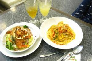 以白肉為主的「無添加」餐單,焗三文魚配以帆立貝西蘭花,蕃茄大蝦天使麵,Life Refreshment。