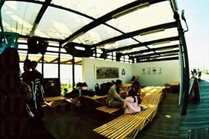 買罷咖啡後,可走近海邊或坐在 BYOBench 慢慢嘆。