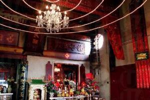 龍母佛堂每逢假日都很多人來求籤。