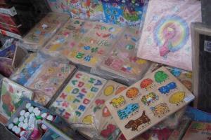 九龍城廣場對面的文具店,售賣舊時玩具和認字板。