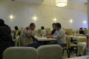 樂斯餐廳剛裝修不久,燈光柔和環境整潔。