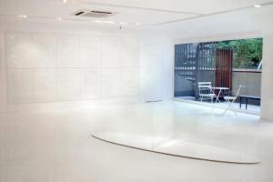 純白色的展廳讓藝術家以意創造。
