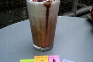 (前)陳米記的色彩name card,正好配上七彩灣仔這主題。(後)Kapok 的 Iced Mocha($ 29),比連鎖咖啡店的有心,而且更便宜。