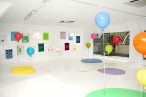 展覽揉合了畫作以及裝置藝術,色彩斑斕。