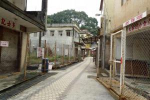 村內的士多及小食店,除了提供日常所需,也與村民建立起鄰里情誼,充滿人情味。