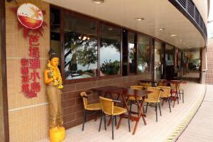 海灘旁有不少餐廳,可坐在海邊露天餐區用餐,非常有情調。
