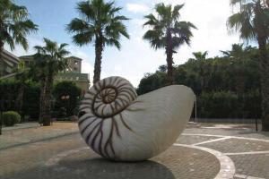 公園正門有的巨型鸚鵡螺殼會噴出水氣,非常搶眼。