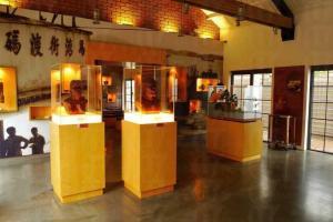 在古蹟館可看到新石器時代晚期的馬灣人骨復原像和各種馬灣出土文物;室外更展出清代磚窰和唐代窰爐。
