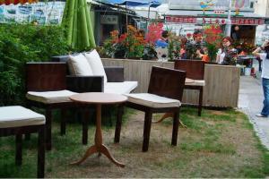店外設置了一個小型露天茶座,活像一個鋪上小草地的花園。
