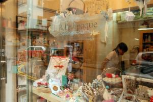 la Belle Epoque 櫥窗堆滿飾物,室內暖暖燈光,氣氛柔和。