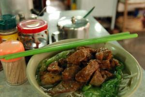 幾乎人人必點的招牌菜 ── 豬排米粉。
