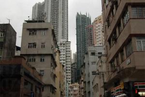 大坑街道狹窄,兩旁盡是七、八層高的唐樓。